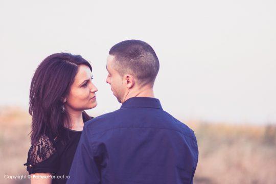fotografie de cuplu de logodna in aer liber